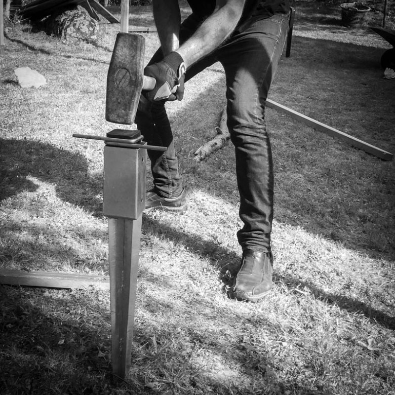 Slå ner jordankaret i marken med en slägga.