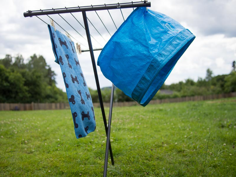 Här hänger Modkat-påsen på tork efter tvätt
